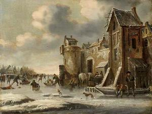 Winterlandschap met schaatsende en sleeënde figuren op het ijs, buiten de muren van een stad