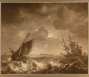 Verschillende schepen op een woelige zee; midden op de achtergrond het silhouet van een stad