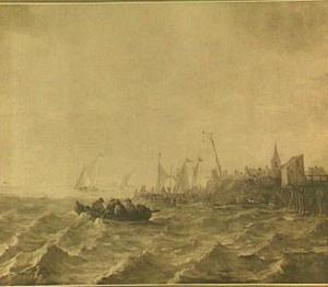 Sloepje en andere vaartuigen voor een aanlegplaats; rechts op de achtergrond een kerkgebouw