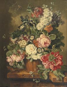Stilleven van bloemen in een aardewerken vaas op een marmeren blad