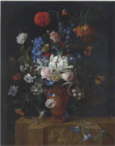 Een bloemstilleven in een stenen vaas op een stenen sokkel met reliëf