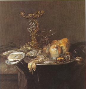 Stilleven met Orpheus-zoutvat, vis, uien, brood, kastanjes en oesters