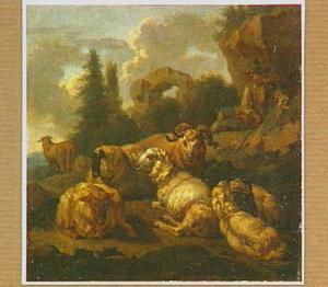 Rustend vee met herder voor een rotswand