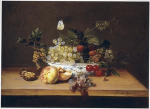 Vruchten in en rondom een porseleinen schaal