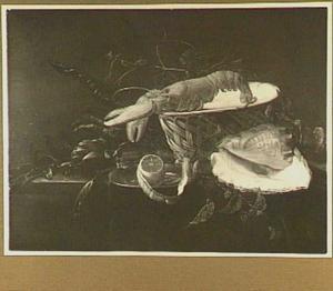 Stilleven van een mand met een kreeft, een schelp, artisjokken en een citroen