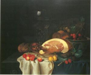 Stilleven met ham, roemer, brood en fruit op een tafel met kleed