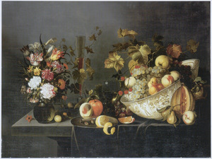 Stilleven met een boeket bloemen en een schaal fruit