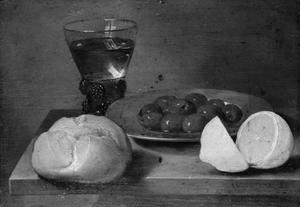 Stilleven van brood, bord met olijven, roemer en citroen