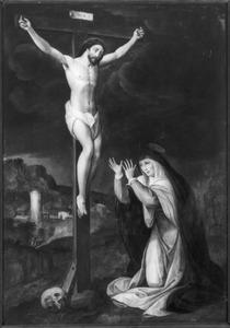 Christus aan het kruis met knielende Maria