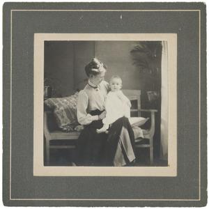 Portret van Laurence Emilie (Kiek) Dutilh (1885-1962) en Laurence Julie van Haer (1909-1990)