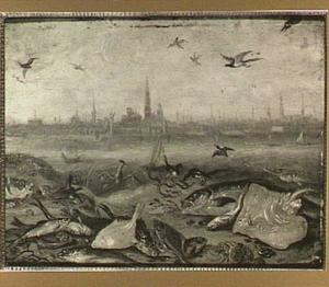 Vissen op de oever van een rivier; aan de overkant Antwerpen