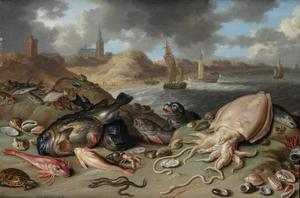 Vissen en zeehond op het strand; doorkijk naar schepen op zee en dorp in de duinen