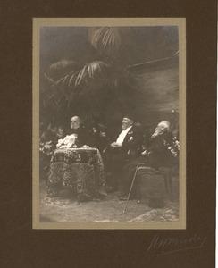 Jozef Israels (1824-1911), Hendrik Willem Mesdag (1831-1915) en een onbekende man zittend aan een tafel