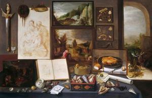 Kunstverzameling met schilderijen, beelden en schelpen; in de doorkijk vernielen de onwetenden de vrije kunsten