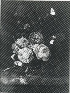 Bloemen in een glazen bokaal op een marmeren blad