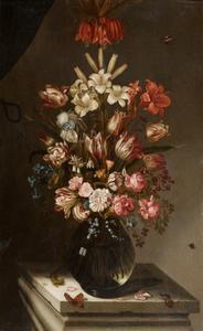 Bloemstilleven met bloemen in een glazen vaas op een stenen sokkel