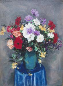 Boeket met rode, roze, witte en gele bloemen in blauwgroene vaas op tafeltje
