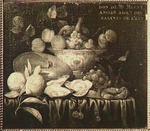 Stilleven met vruchten, oesters, een krab en een nautilusschelp