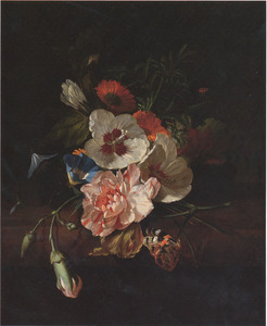 Tuiltje bloemen, met een distelvlinder, op een marmeren tafel