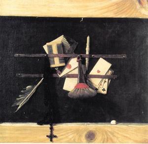 Trompe-l'oeil stilleven van een brievenbord met rozenkrans en speelkaarten
