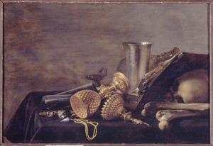Vanitasstilleven met schedel, een opengeslagen boek, bekers, schelpen, een ketting en andere attributen