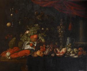 Stilleven met vruchten, kreeften, oesters en siervaatwerk op een deels gedekte tafel