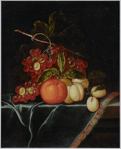 Vruchtenstilleven op een tafel met een blauw kleed