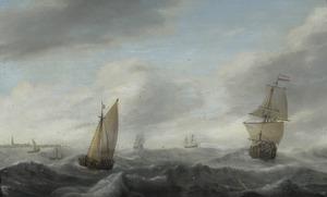 Schepen op woelig water voor een kust