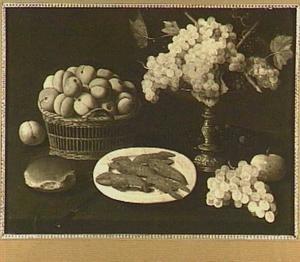 Stilleven van een tazza met druiven, een mand met perziken en een schotel met rivierkreeftjes