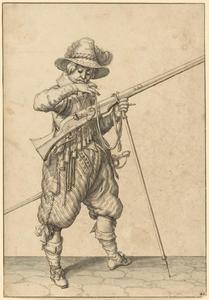 Staande soldaat, die op het lont van zijn geweer blaast