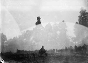 Dubbele foto: twee afbeeldingen van militairen tijdens een militaire manoeuvre