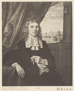 Portret van een man, met doorkijk naar een stadsgezicht
