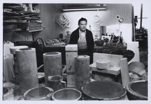 De keramist Jan van der Vaart in zijn atelier