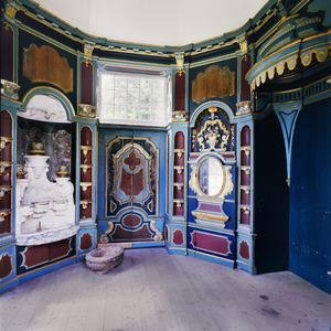 Interieur van de tuinkoepel in het park van kasteel Rosendael