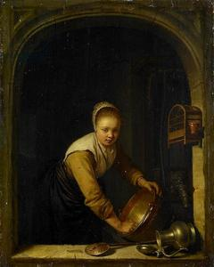 Jonge vrouw in een venster, een koperen ketel boenend