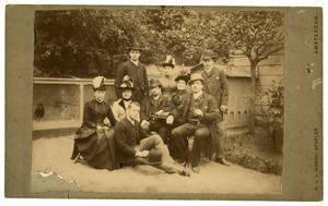 Groepsportret van Johan Boursse en familie in de tuin