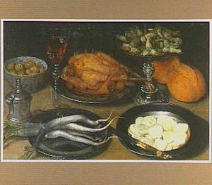 Stilleven met zilveren tazza en een glas wijn