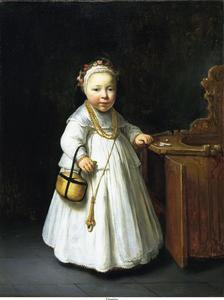 Portret van een meisje staande naast een kinderstoel