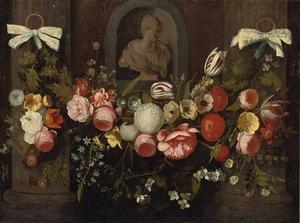 Bloemenguirlande voor een nis met een gebeeldhouwd borstbeeld