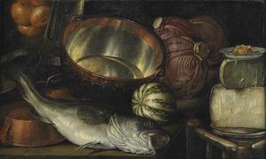 Stilleven met kabeljauw, een koperen ketel, uien, pompoen, rode kool en oude kaas