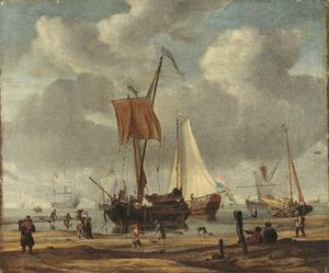 Strandgezicht met een statenjacht en vissersboten voor anker