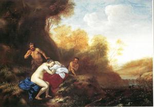 Slapende nimf met twee saters in een landschap