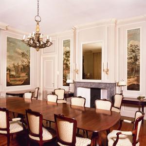 Eetkamer voorzien van betimmering en geschilderde behangsels