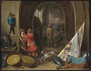 Interieur van een wachtlokaal met een zwarte bediende bij een stilleven van een zadel, een vaandel, trommels en kurassen; kaartende soldaten op de achtergrond