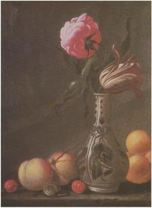 Bloemen in een porseleinen vaas met perziken, abrikozen en een slak, op een stenen plint