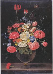 Bloemen in een glazen vaas met een anjer op een stenen plint