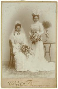 Portret van twee bruiden of bruidsmeisjes