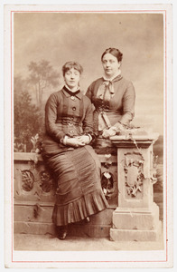 Portret van Angelica Catharina Modderman (1856-1939) en Maria Theresia Jacoba Modderman (1858-1936)
