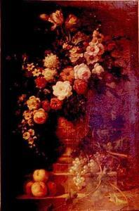 Stilleven van bloemen, in een vaas, en vruchten op een piëdestal in een nis