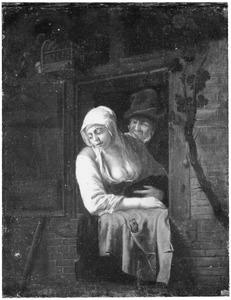 Een vrouw en een man in een venster
